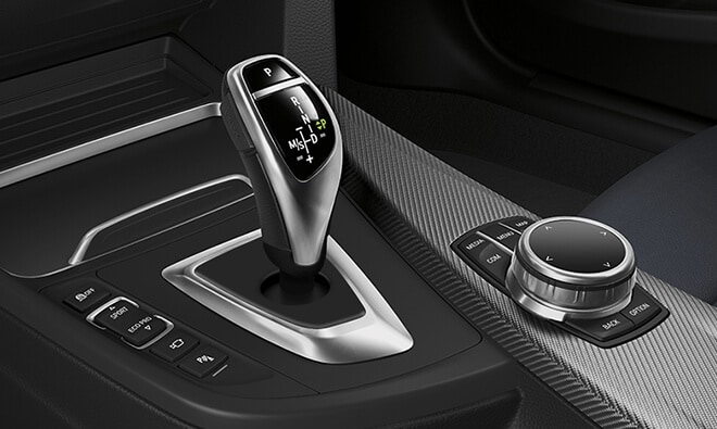 Detail of the gearshifter and iDrive touchpad controls in the 2019 BMW 4 Series Coupe